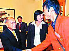 与奥运冠军刘翔亲切握手