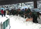 南京武警上街清除积雪