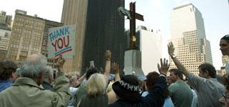 遇难者家属为死难者祈祷