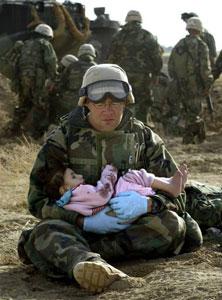 美国大兵抱着伊拉克女孩