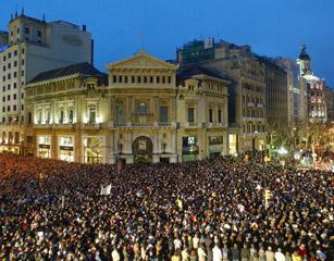 西班牙万人游行抗议马德里火车爆炸案
