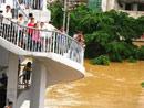 洪水已淹没沿江河堤滨江路的二楼