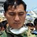 参加抗震救灾的空降兵某部战士在向汶川地震遇难者默哀