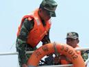 战士在巡逻艇上检查救生设备