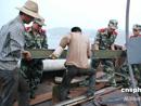 救援突击队帮渔民转移物资