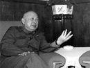 著名科学家钱学森(左)和南开大学校长杨石先生交谈