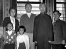 钱学森(右三)和家人在上海家中合影