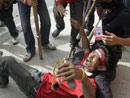 受伤的反政府示威者躺在地上
