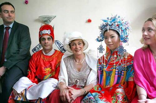 中式古典打扮的新郎新娘