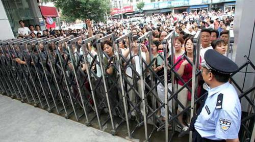 6月7日上午,西安市6中门前挤满了等待考生的家长图片