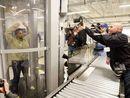 美运输安全局的人员在测试一部透视扫描机