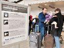 底特律机场,一个家庭排队等待安检